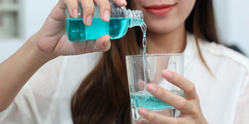 Sử dụng nước muối sinh lý để xúc miệng, có nên hay không?